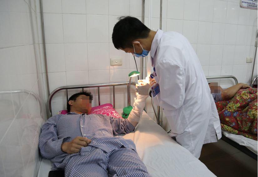 Các bác sĩ Quảng Ninh lần đầu nối thành công đốt ngón tay bị đứt lìa cho bệnh nhân bị tai nạn 2