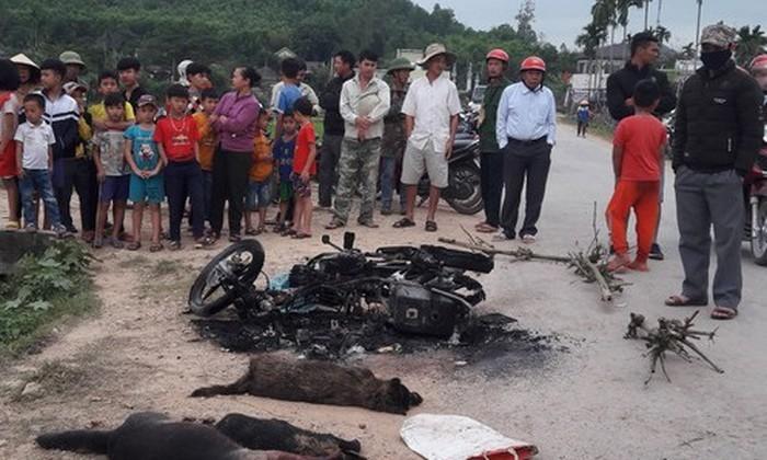 Nghệ An: Dân vây đánh chết, đốt xe máy của đối tượng nghi trộm chó