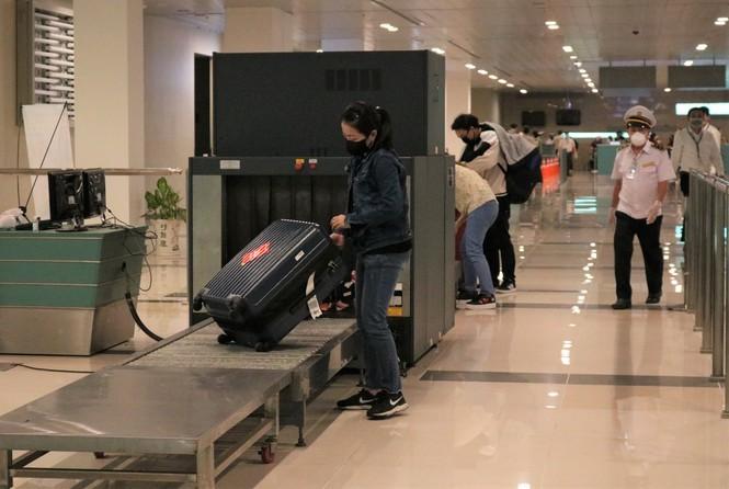 Vừa hạ cánh, 9 người về từ Hàn Quốc bị cách ly ngay tại sân bay Cần Thơ 2