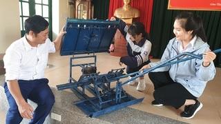 Nam Định: 2 nữ sinh lớp 12 sáng chế máy cấy không động cơ độc đáo