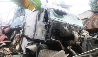 Kinh hãi hiện trường vụ xe container mất lái đâm sập 3 nhà dân