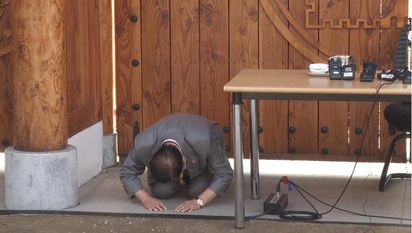 Giáo chủ Tân Thiên Địa quỳ gối xin người dân và chính phủ tha thứ
