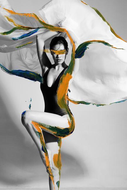 Hoa hậu Khánh Vân khoe đường cong rạng rỡ