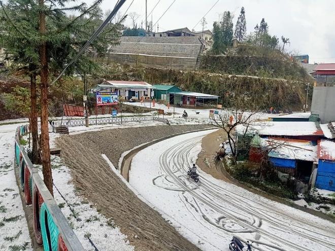 Kinh hoàng cảnh mưa đá kèm theo giông lốc trắng xóa trời Lai Châu