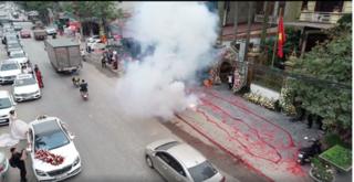 Gia đình Hà Nội đốt dây pháo hàng chục mét mừng đám cưới: Khởi tố vụ án tạm giữ 1 người