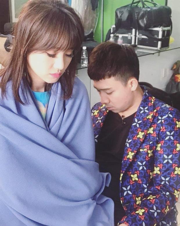 Trấn Thành - Hari Won ngủ gục sau cánh gà khiến fan xót xa