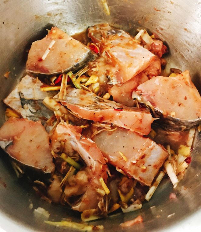 cá được ướp chuẩn vị để kho cá