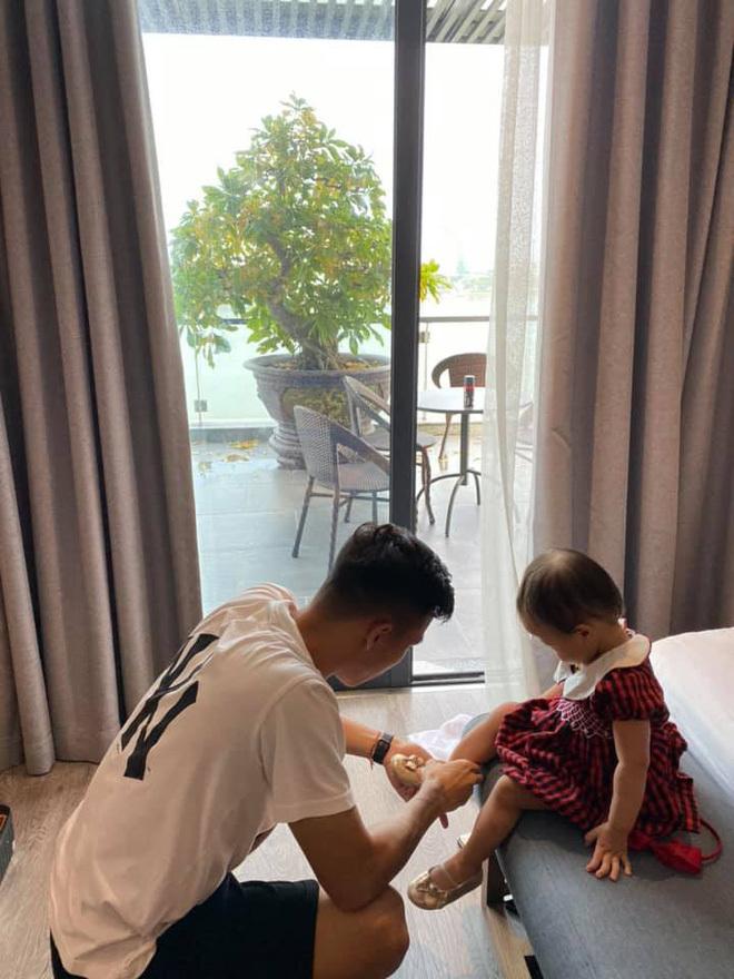 Cầu thủ Việt Nam chăm con khéo khiến người hâm mộ bất ngờ
