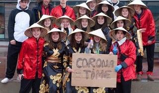 Cộng đồng mạng châu Á phẫn nộ hình ảnh nhóm học sinh Bỉ đội nón lá, giơ biển corona