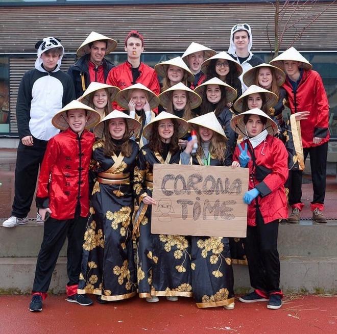 CĐM châu Á phẫn nộ hình ảnh nhóm học sinh Bỉ đội nón lá, giơ biển virus Corona