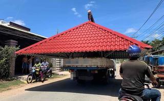 Xe tải chở cả mái nhà cồng kềnh đi giữa phố khiến nhiều người kinh ngạc