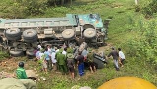 Ba người thoát chết thần kỳ khi xe bán tải bị xe tải đè nát