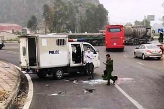 Ninh Bình: Chiến sĩ công an tử vong khi xe chở phạm nhân nổ lốp lật nhào
