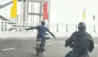 Đã tìm ra 'quái xế' buông cả 2 tay, 'diễn xiếc' trên cầu vượt ở Hải Phòng
