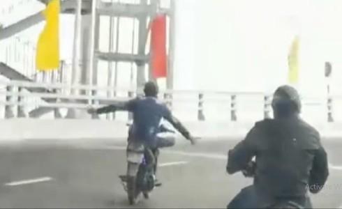 Quái xế buông cả 2 tay, diễn xiếc trên cầu vượt ở Hải Phòng2