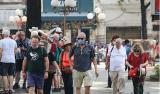 Bất chấp dịch Covid-19, nhiều du khách vô tư 'miệng trần' đi lại giữa chốn đông người