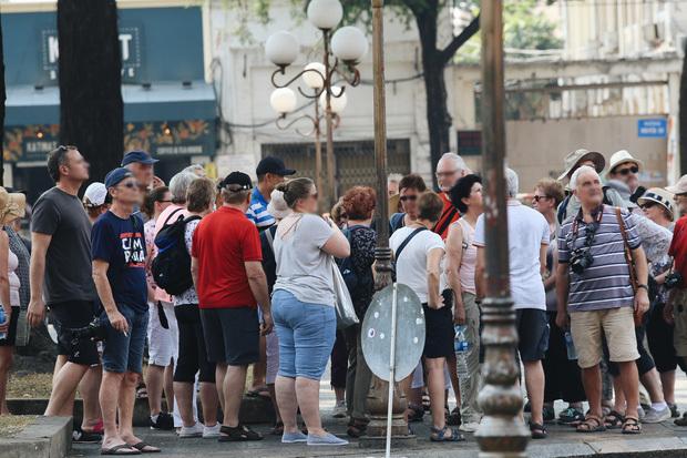 Bất chấp đại dịch Covid-19, nhiều du khách miệng trần vô tư đi lại giữa chốn đông người