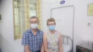 Xúc động bức thư tay của vợ chồng du khách Anh gửi bác sĩ Việt sau 14 ngày cách ly