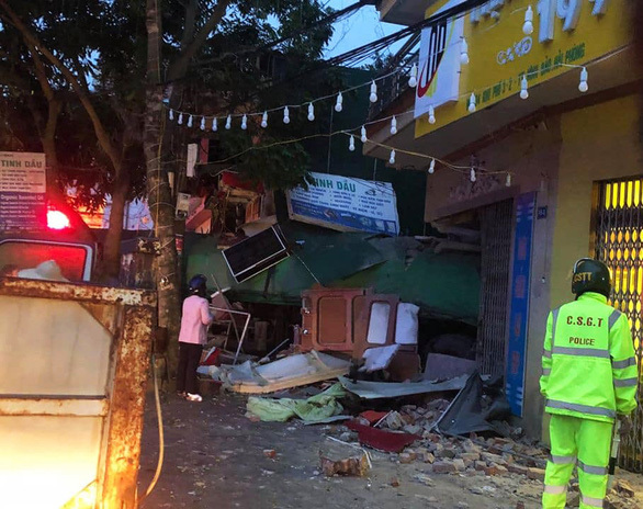 Nguyên nhân tài xế container mất lái tông thủng 2 nhà dân lúc rạng sáng