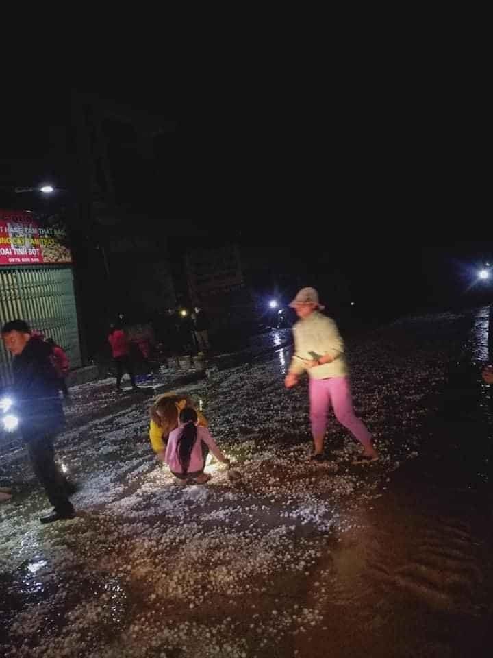 Mưa đá trắng xóa trút xuống Lào Cai, gây nhiều thiệt hại về tải sản3