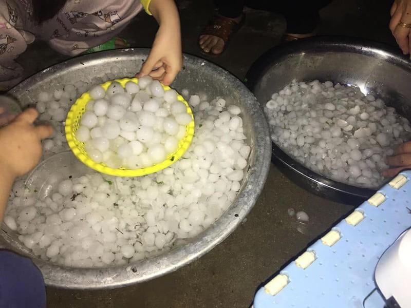 Mưa đá trắng xóa trút xuống Lào Cai, gây nhiều thiệt hại về tải sản