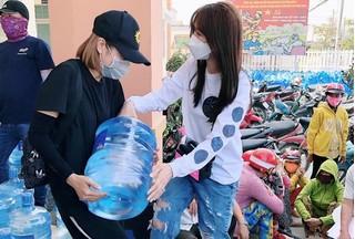 Hari Won trao 1.610 bình nước cho người dân miền Tây