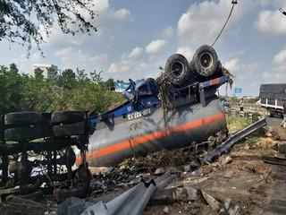 Xe bồn lật ngửa khiến hơn 7 tấn axit đổ ra ao, tài xế kẹt cứng trong cabin