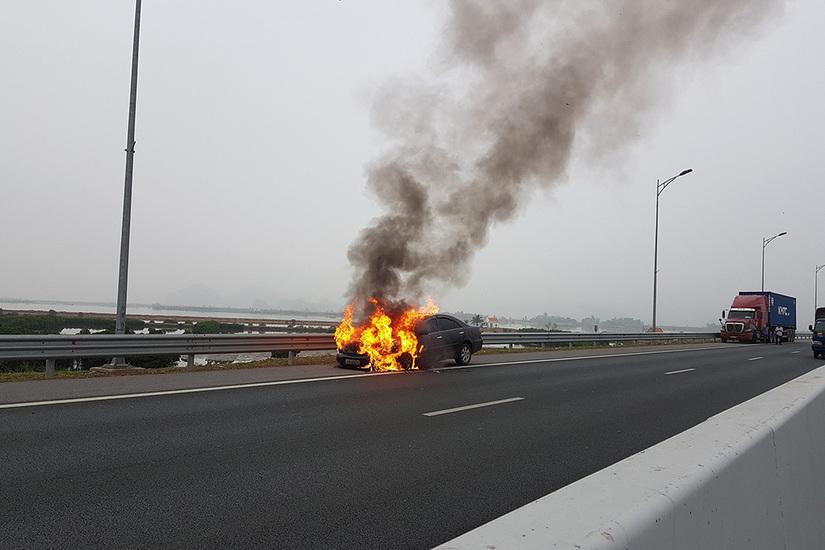 Ô tô Camry cháy trơ khung trên cao tốc Hạ Long - Hải Phòng