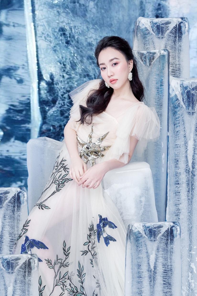 Huỳnh Hồng Loan khoe vẻ đẹp hút hồn tựa công chúa băng giá10