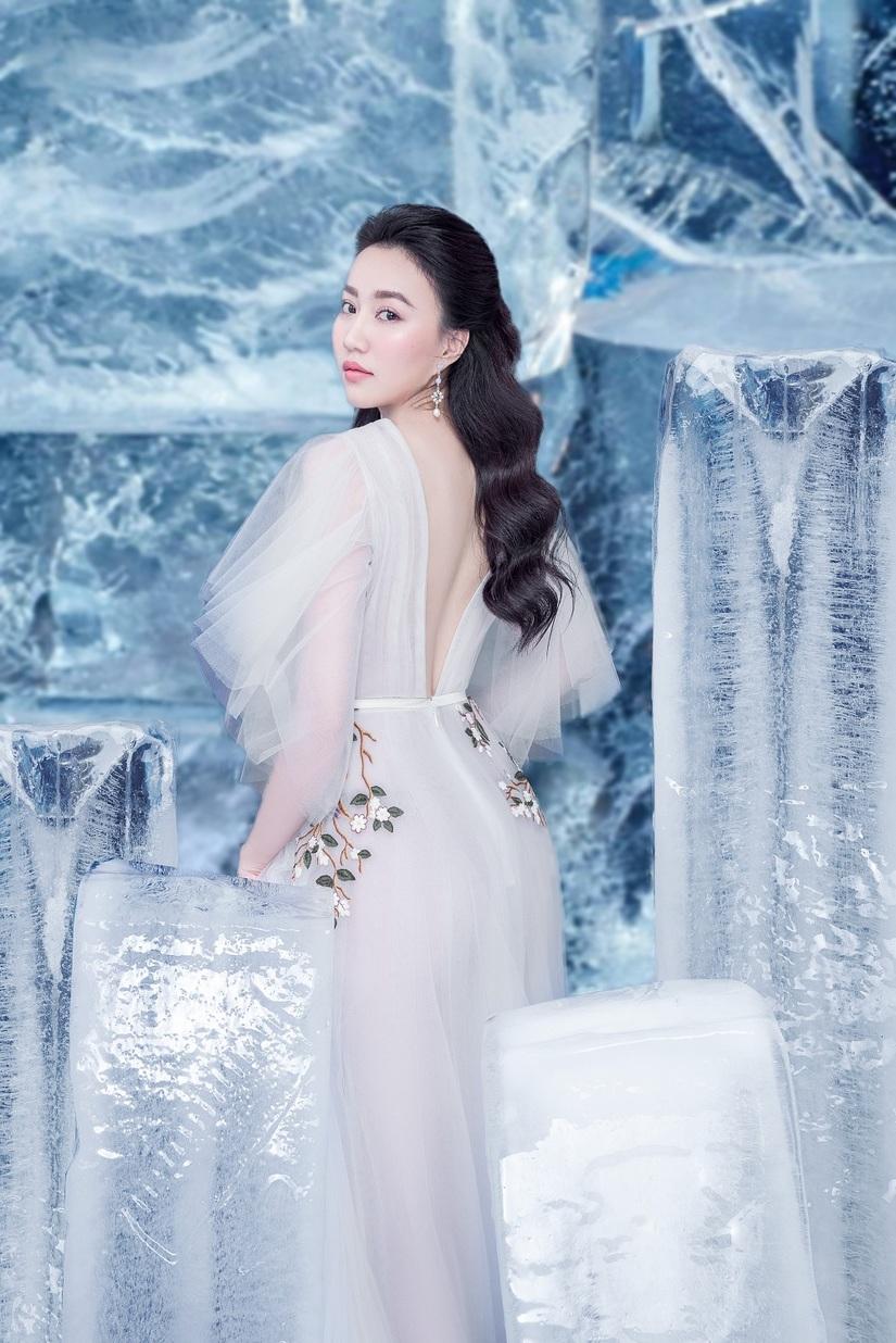 Huỳnh Hồng Loan khoe vẻ đẹp hút hồn tựa công chúa băng giá5