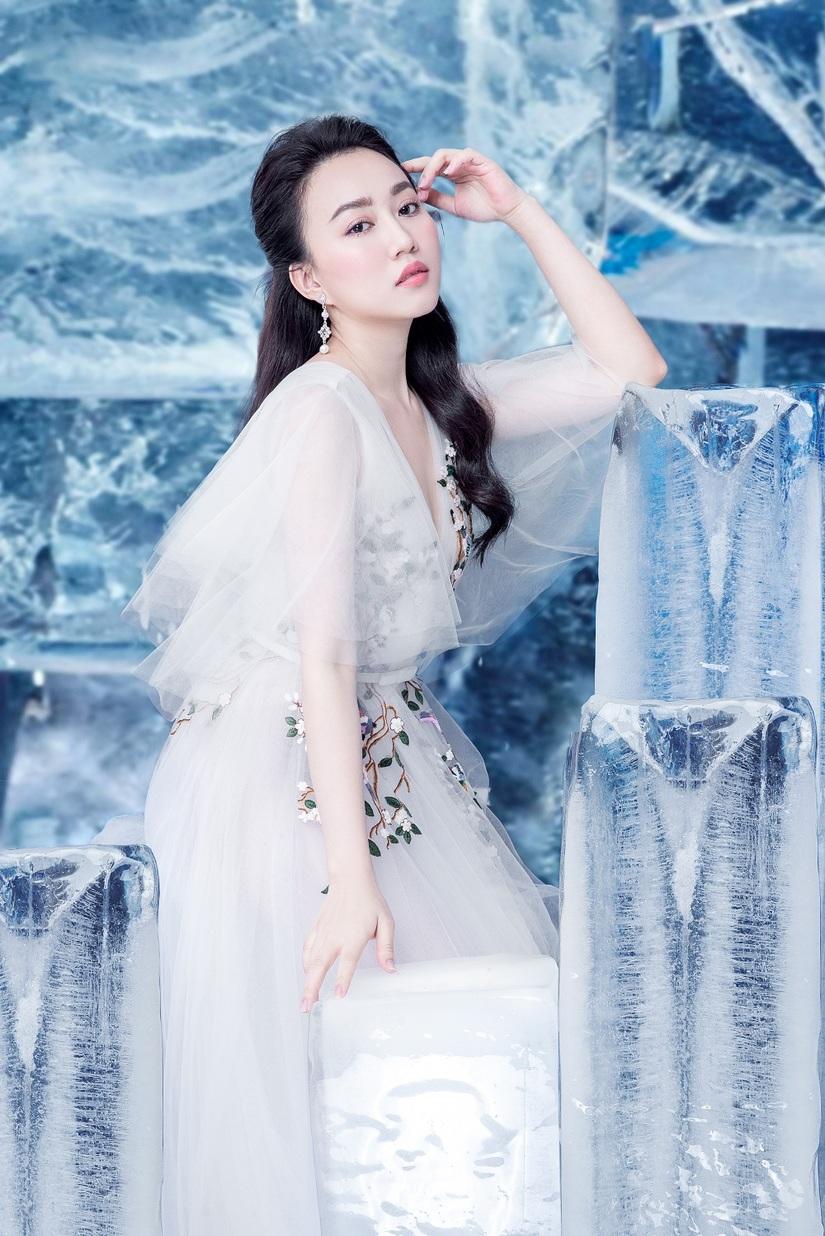 Huỳnh Hồng Loan khoe vẻ đẹp hút hồn tựa công chúa băng giá