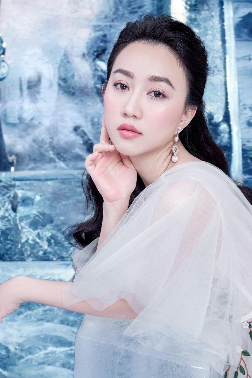 Huỳnh Hồng Loan khoe vẻ đẹp hút hồn tựa công chúa băng giá2