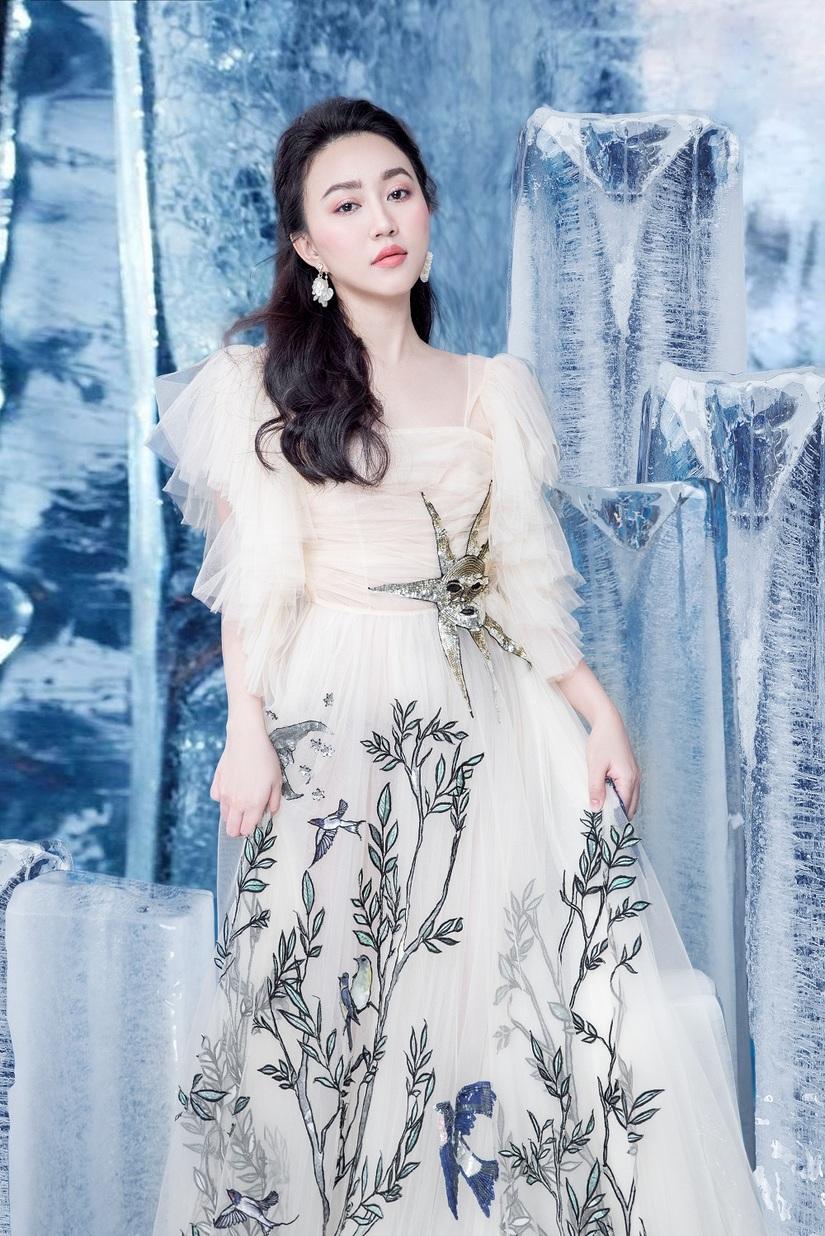 Huỳnh Hồng Loan khoe vẻ đẹp hút hồn tựa công chúa băng giá9