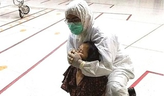 Người phụ nữ phun nước bọt vào cảnh sát khi bị bắt vì khạc nhổ nơi công cộng