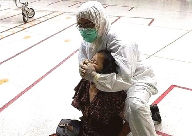 Người phụ nữ bị bắt vì khạc nhổ nơi công cộng