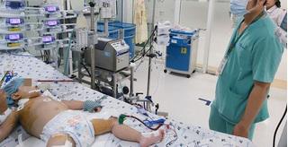 Con viêm phổi nặng vì mẹ sợ dịch Covid-19 nên không cho đi khám