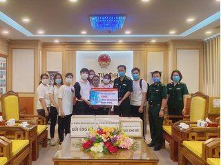Vợ chồng Đông Nhi tặng 35.000 khẩu trang, vật dụng y tế phòng dịch Covid-19