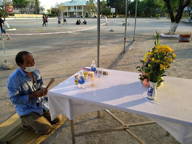 Người đàn ông lập bàn thờ, chịu tang cha trong khu cách ly