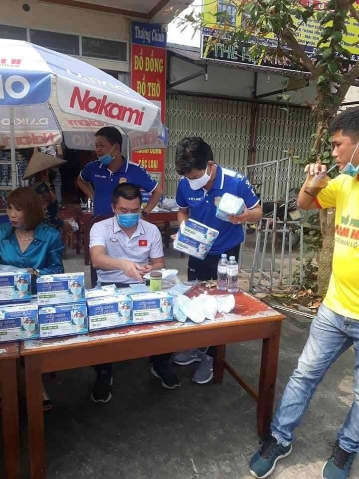 CLB Nam Định xuống đường phát khẩu trang miễn phí, chung tay đẩy lùi dịch bệnh