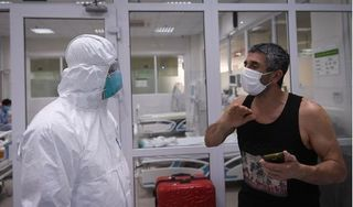 Thứ trưởng Bộ Y tế vào tận phòng thăm bệnh nhân nhiễm Covid-19