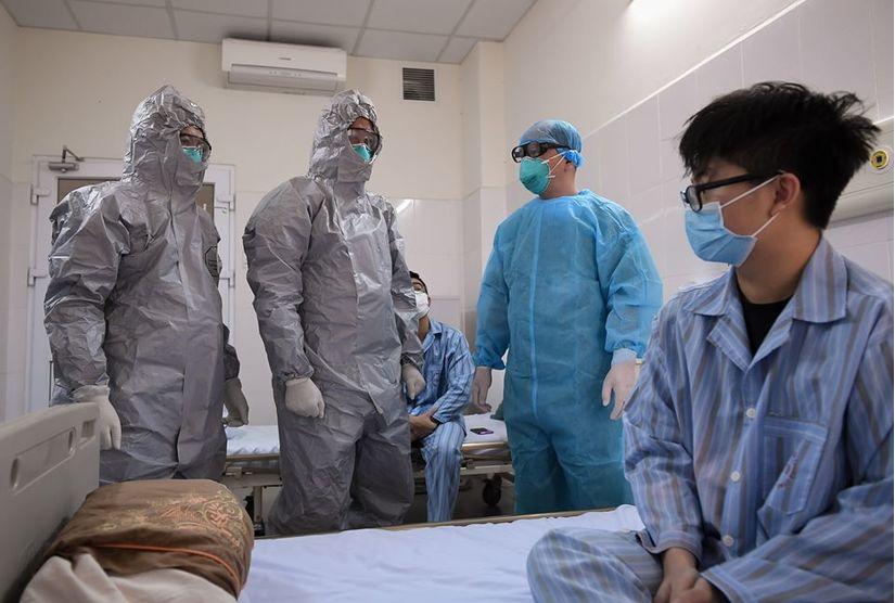 Thứ trưởng Bộ Y tế vào tận phòng thăm bệnh nhân Covid-19 5
