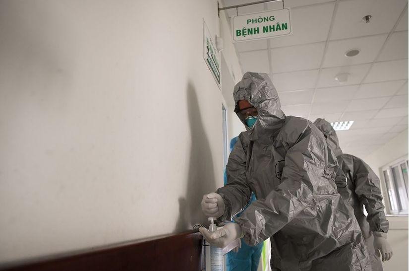 Thứ trưởng Bộ Y tế vào tận phòng thăm bệnh nhân Covid-19 6