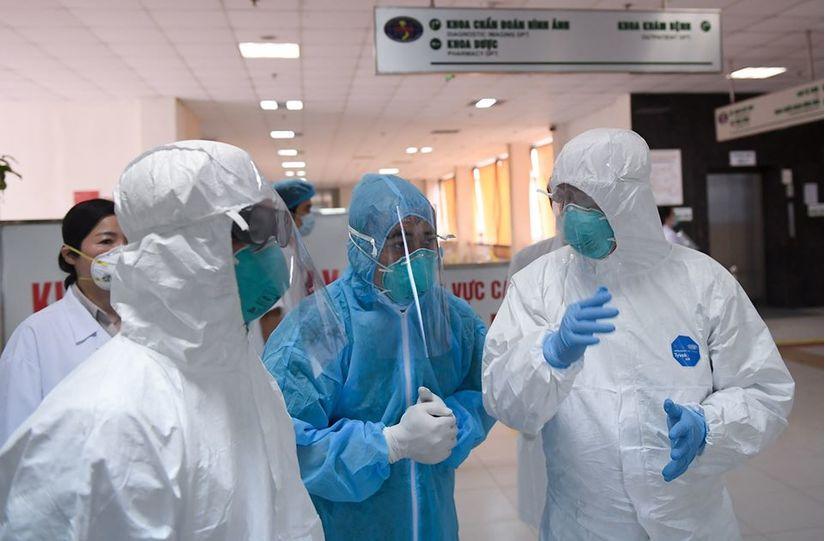 Thứ trưởng Bộ Y tế vào tận phòng thăm bệnh nhân Covid-19 10