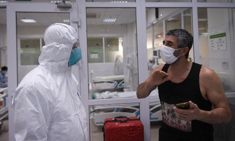 Thứ trưởng Bộ Y tế vào tận phòng thăm bệnh nhân Covid-19 9