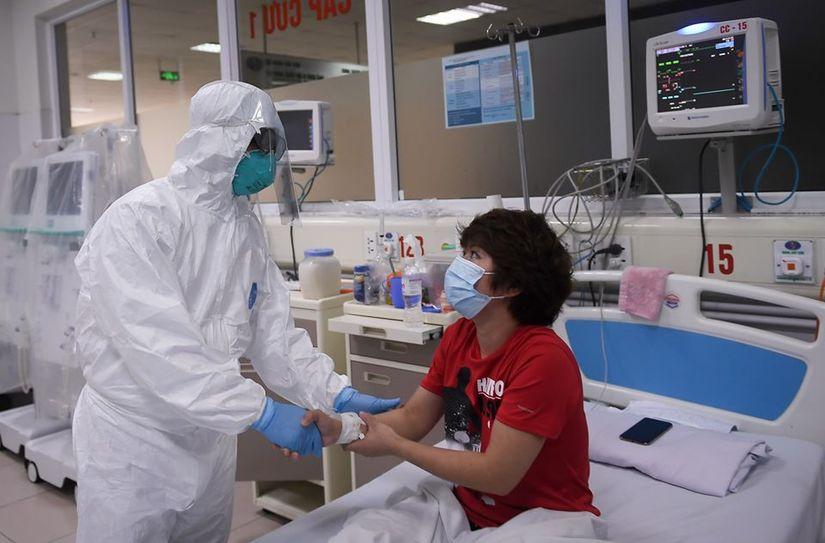 Thứ trưởng Bộ Y tế vào tận phòng thăm bệnh nhân Covid-19 8