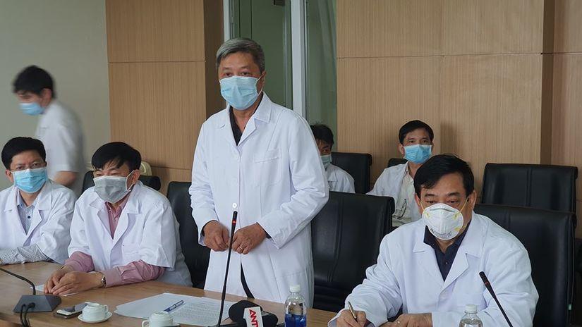 Thứ trưởng Bộ Y tế vào tận phòng thăm bệnh nhân Covid-19