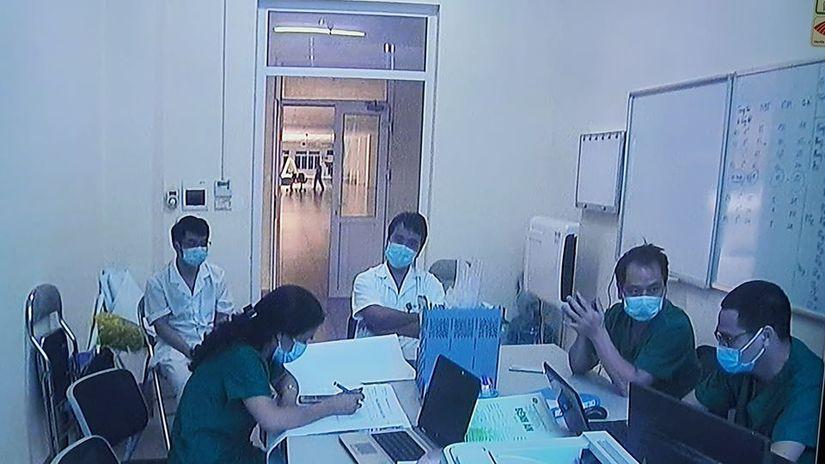 Thứ trưởng Bộ Y tế vào tận phòng thăm bệnh nhân Covid-19 3