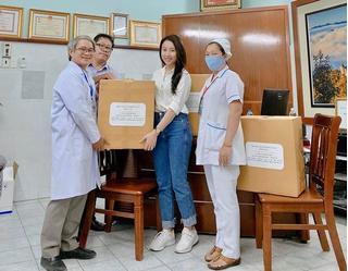Diễn viên Huỳnh Hồng Loan tặng 3.000 khẩu trang cho các bác sĩ phòng chống Covid-19