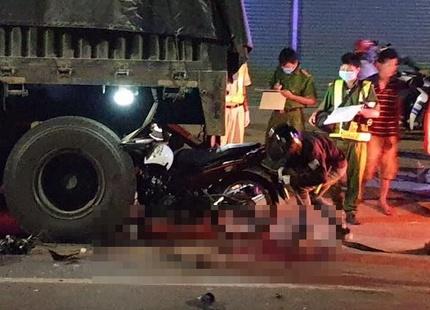 Tông vào đuôi xe đầu kéo đang dừng, 2 thanh niên đi xe máy tử vong