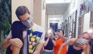 Màn cầu hôn gây sốt của chàng trai ngoại quốc với bạn gái trong khu cách ly
